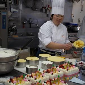 ひなまつりケーキ製造中2011年3月3日撮影