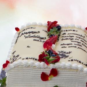 本とベリーのウエディングケーキ