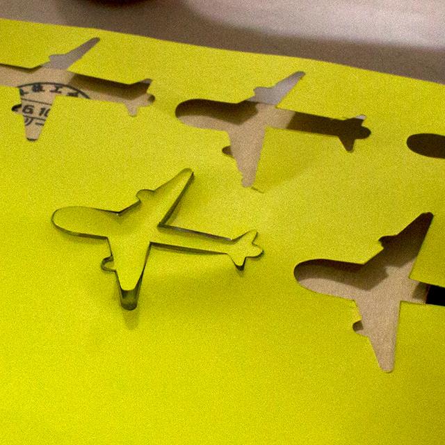 飛行機のタグ型抜き中