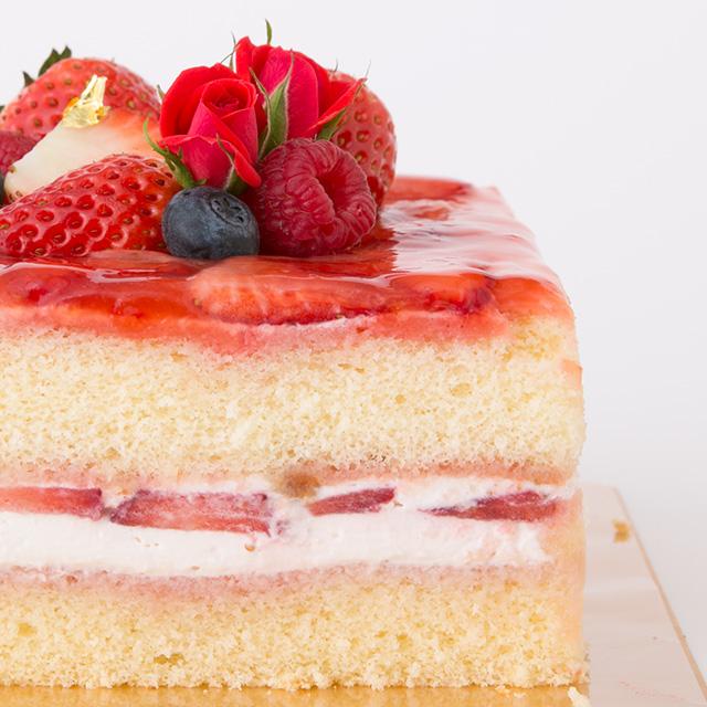 赤いショートケーキ断面