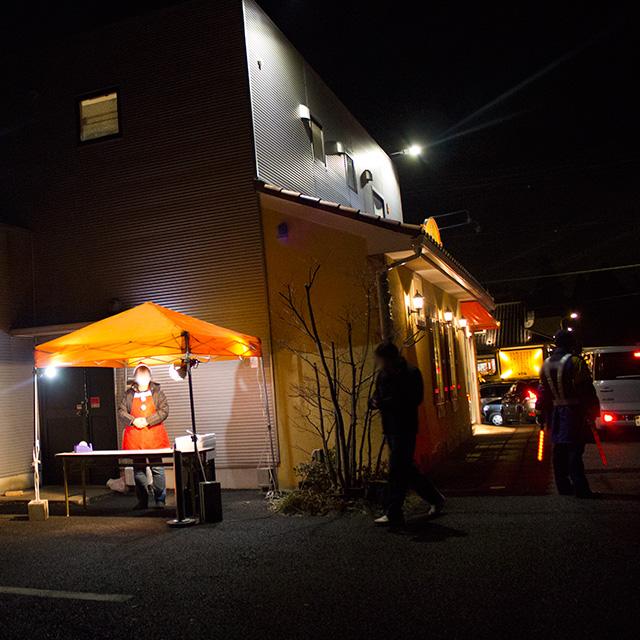 店舗裏側のご予約品の受け渡し場です。(オレンジのテント)