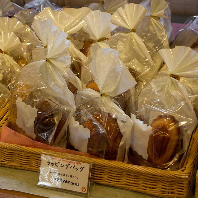 ラッピングバッグ 560円。焼きドーナツ、貝殻型のマドレーヌ、サブレ3枚組が入っています。