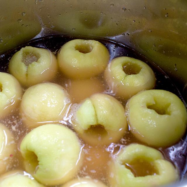桃を特製のシロップに漬けて寝かせます。