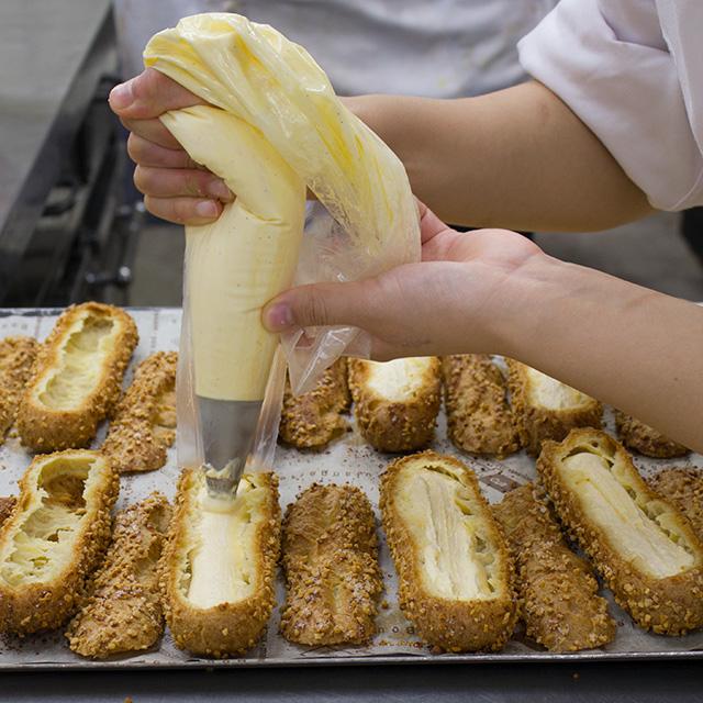 ラ・クレマンティーヌの特製クリームを絞ります。