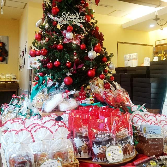 クリスマス仕様にラッピングした焼き菓子