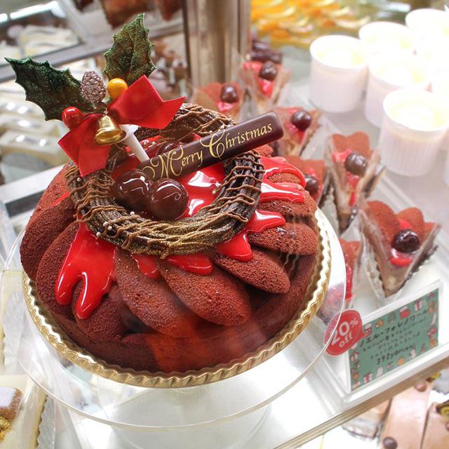 クリスマスケーキの見本(写真左)と今回販売のお味見サイズ(写真右)