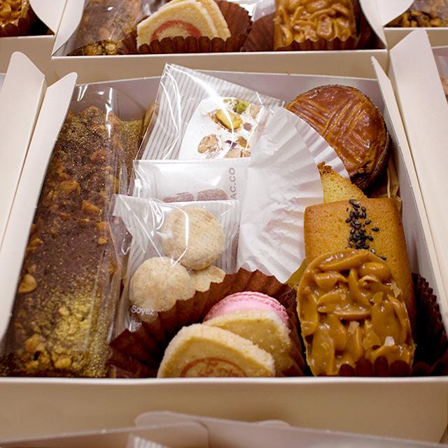 2019お菓子のおせち「焼き菓子の重---こちらが急遽ギフト用の箱に変更致しました。」