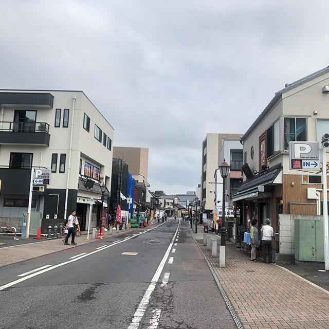 成田山表参道入って徒歩1-2分。