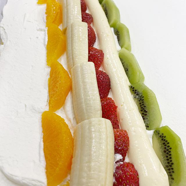 ラ・クレマンティーヌ特製クリームと共にオレンジ、バナナ、イチゴ、キウイを一緒に巻きました。